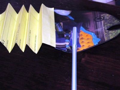 Stick the fan body to the head and tail and attach the straws at both ends